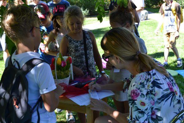 Po warsztatach każdy mógł liczyć na mały upominek z autografem autorki - Aleksandry Tyl.